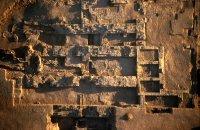 Vue aérienne de la chapelle dite de la reine blanche en cours de dégagement.  © François Gourdon