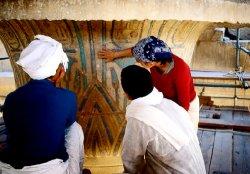 Nettoyage par microabrasion des chapiteaux des colonnes de la nef centrale du Ramesseum. © Christian Leblanc